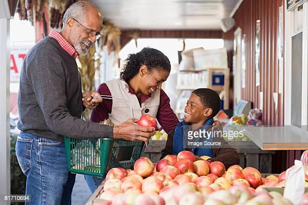 祖父母と孫リンゴを選択