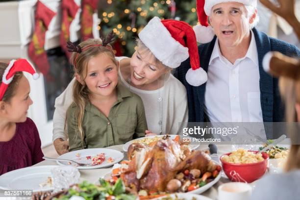 Großeltern genießen Sie Weihnachten mit Enkelinnen