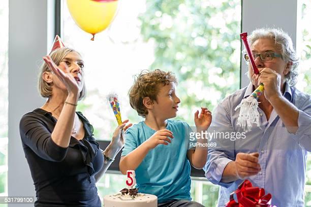 Nonni e loro nipote gode di