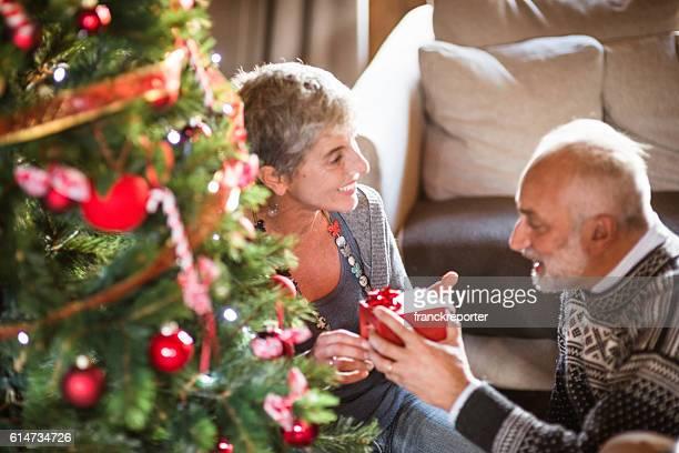 Abuelos el intercambio de regalo de navidad