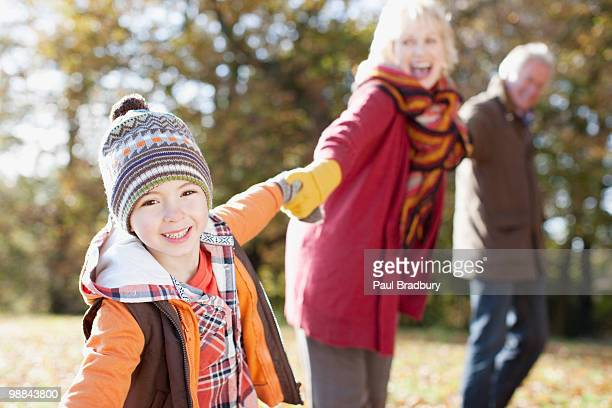 Großeltern mit Enkel im park spielen