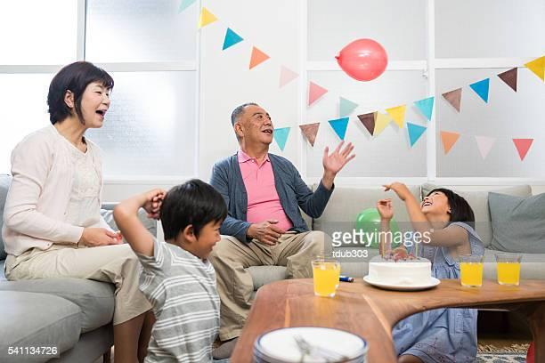 Abuelos jugando con sus nietos en una fiesta de cumpleaños