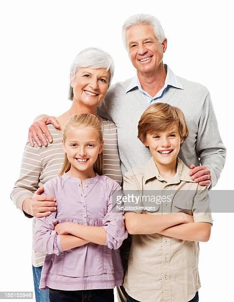 Abuelos posando con sus nietos aislado
