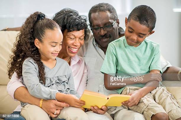 Großeltern lesen ein Buch