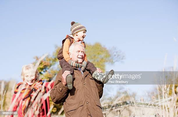 Großeltern mit Enkel zu Fuß im Freien