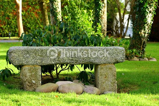Banc en pierre de granit dans un jardin photo thinkstock for Banc de jardin en pierre