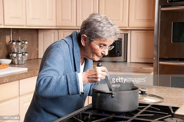 Granma cuisson dans la cuisine