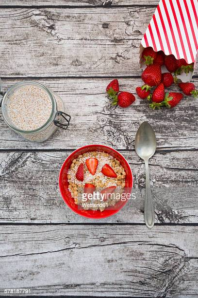 Granola, popped amarant and strawberries in bowl