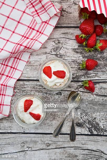 Granola, popped amarant, strawberries and yogurt in glasses