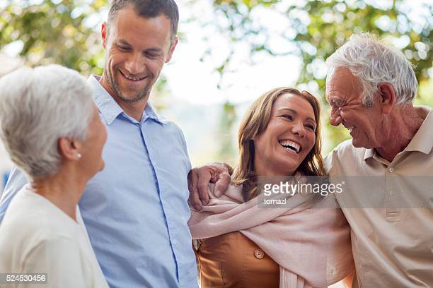 Granparents et les parents s'amusant