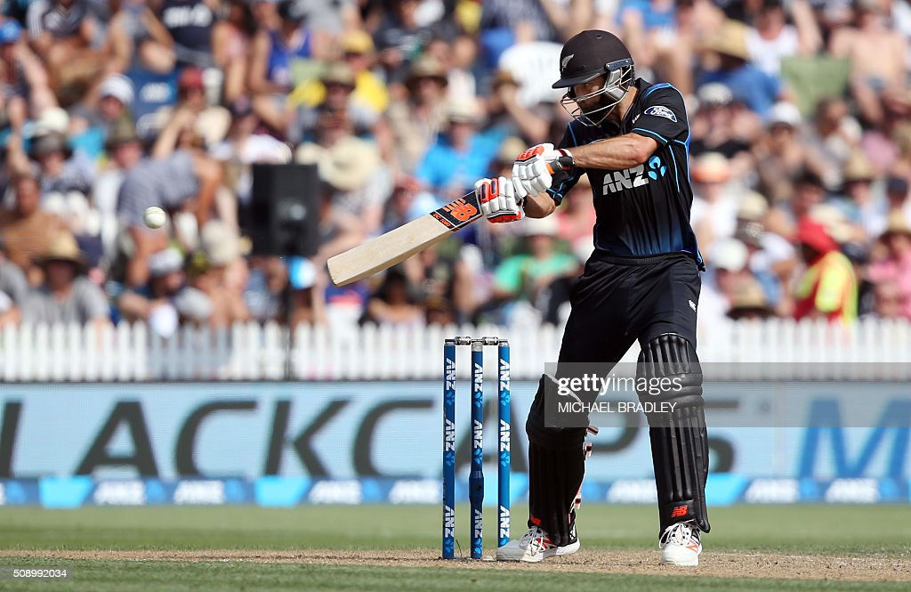 Grant Elliott of New Zealand plays a shot during the third one-day international cricket match between New Zealand and Australia at Seddon Park in Hamilton on February 8, 2016.   AFP PHOTO / MICHAEL BRADLEY / AFP / MICHAEL BRADLEY