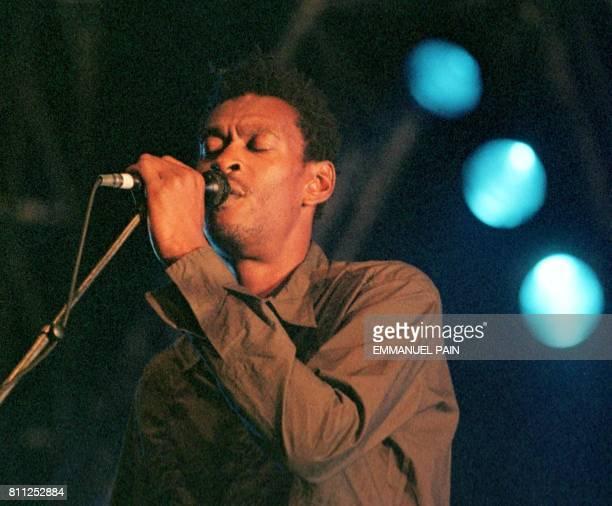 Grant Marshall du trio de Bristol de Trip Hop 'Massive Attack' dit Daddy G se produit le 16 juillet 1999 sur la scène du festival des Vieilles...