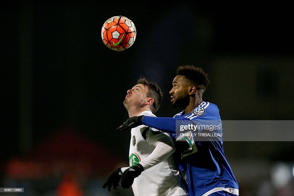 Granville's midfielder Robin Theault (L) vies with Bourg-en-Bresse's defender Vital N'Simba during the French Cup football match between Granville (USG) and Bourg-en-Bresse (FBBP) at the Louis Dior stadium on February 9, 2016 in Granville, northwestern France. AFP PHOTO / CHARLY TRIBALLEAU / AFP / CHARLY TRIBALLEAU