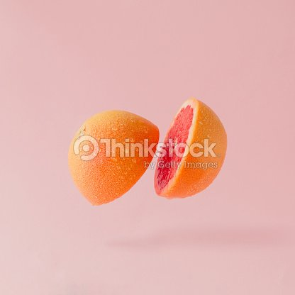 Pomelo en rodajas sobre fondo rosa pastel. Concepto mínimo fruto. : Foto de stock