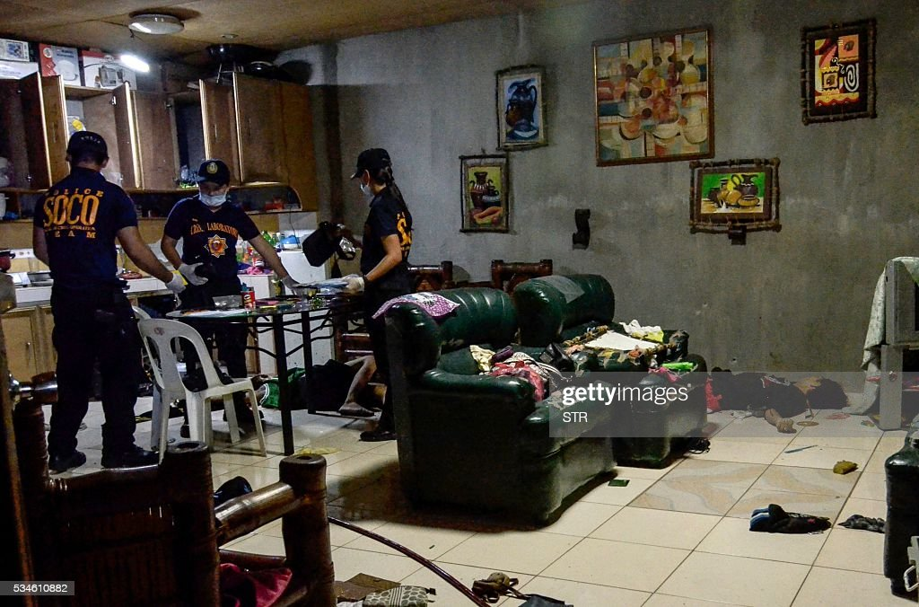 Graphic content / In this picture taken on May 26, 2016, crime operatives (SOCO) inspect a room after an anti-illegal drug operation turned into an armed encounter which resulted in the killing of four unidentified suspects in Norzagaray, Bulacan, north of Manila. Philippine police shot dead eight drug suspects this week in three seperate raids, authorities said on May 27, following repeated calls by president-elect Rodrigo Duterte for security forces to kill criminals. / AFP / STR