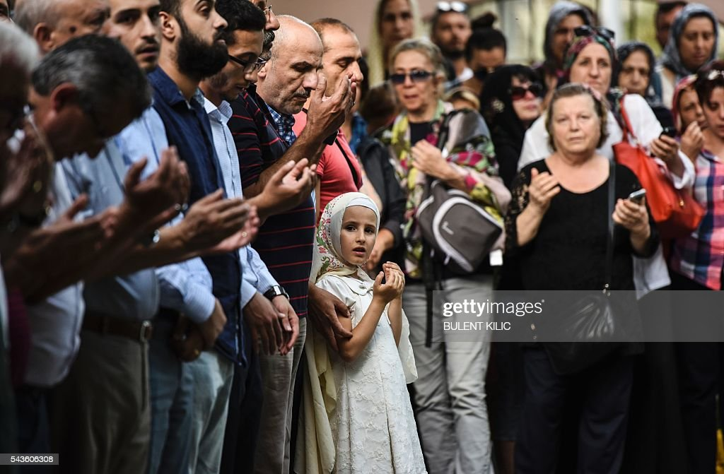 Relatives of an air hostess Gulsen Bahadir, killed during the Ataturk airport bombing, pray as they attend her funeral in Istanbul, on June 29, 2016, a day after a suicide bombing and gun attack targeted Istanbul's airport, killing at least 36 people. A triple suicide bombing and gun attack that occurred on June 28, 2016 at Istanbul's Ataturk airport has killed at least 36 people, including foreigners, with Turkey's prime minister saying early signs pointed to an assault by the Islamic State group. / AFP / BULENT