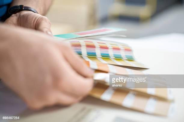 Grafiker, die Wahl der Farbe für neues Projekt