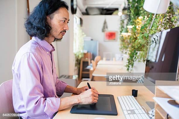 デジタル タブレットを使用してグラフィック デザイナー