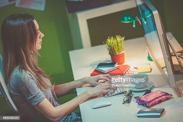 Grafik-designer mit computer am Arbeitsplatz