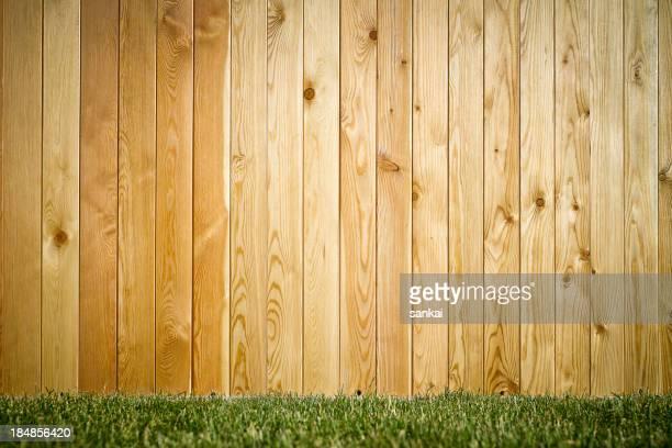 Relva e parede de madeira de fundo natural