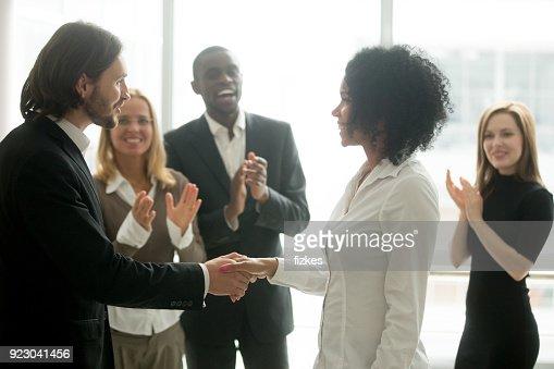 Boss reconnaissants handshaking promotion africaine femme d'affaires féliciter avec réalisation de carrière : Photo