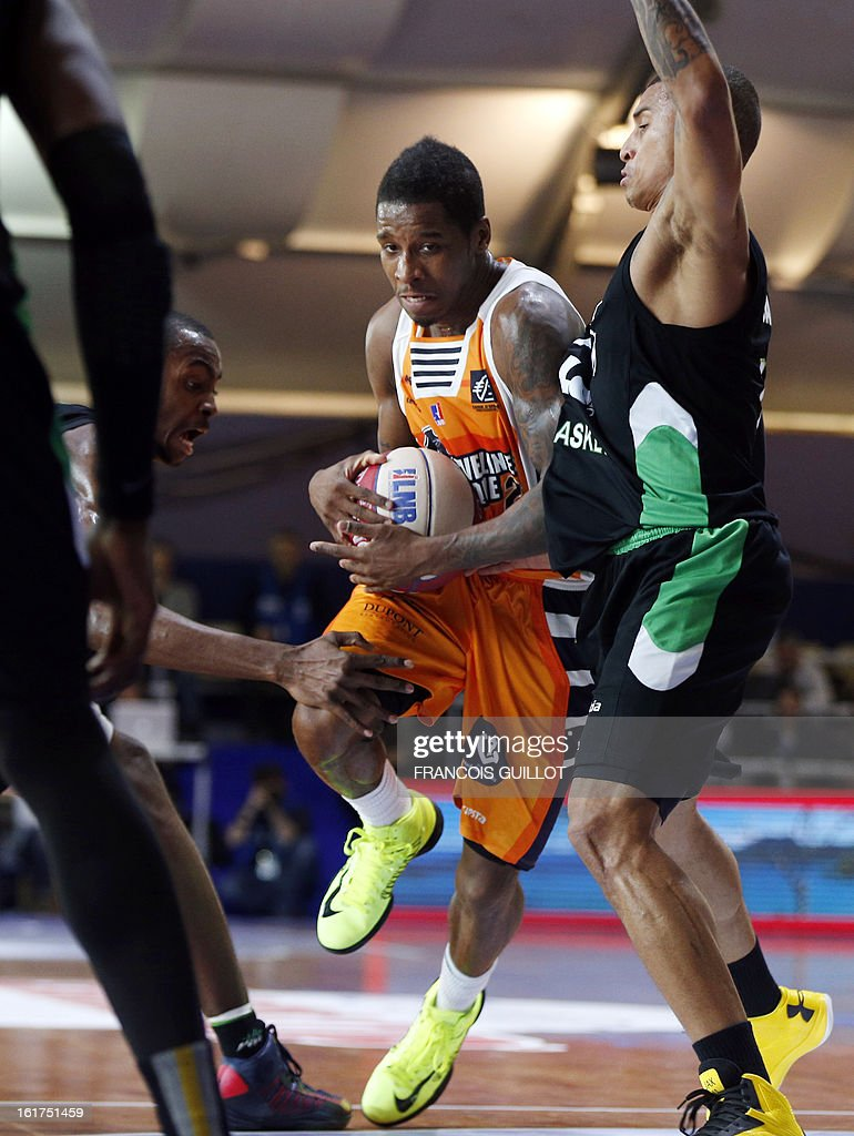 BCM Gravelines-Dunkerque player Dwight Buycks (C), vies with ASVEL Lyon-Villeurbanne player, Edwin Jackson (R), during the leaders cup LNB 2013 tournament basketball quarter final match on February, 15, 2013 held at Disneyland Paris at Marne-la-Vallee near Paris.