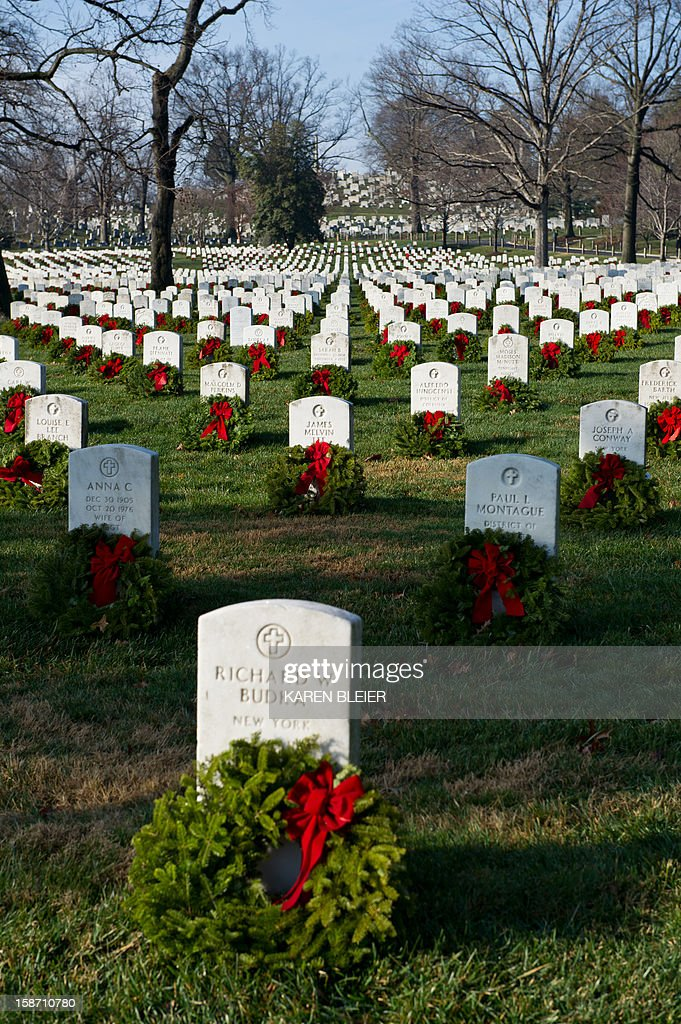 Graves adorned with Christmas wreaths are seen in this December 25, 2012 in Arlington National Cemetery in Virginia. AFP PHOTO /Karen BLEIER