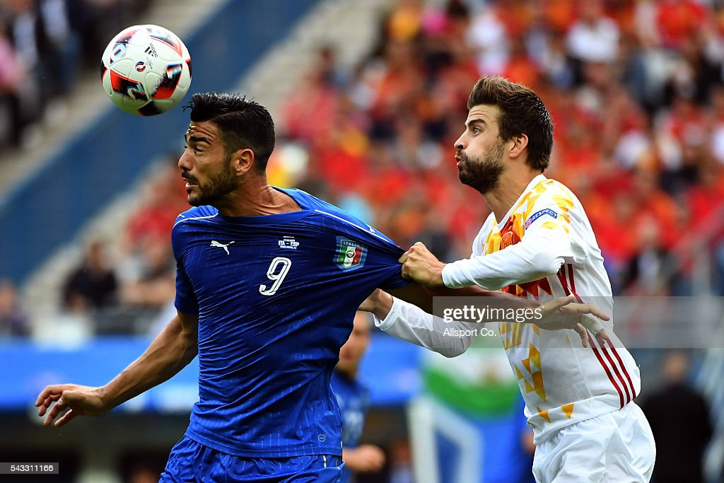 <a gi-track='captionPersonalityLinkClicked' href=/galleries/search?phrase=Graziano+Pelle&family=editorial&specificpeople=2333390 ng-click='$event.stopPropagation()'>Graziano Pelle</a> of Italy holds off Gerard Piqué of Spain during the UEFA EURO 2016 round of 16 match between Italy and Spain at Stade de France on June 27, 2016 in Paris, France.