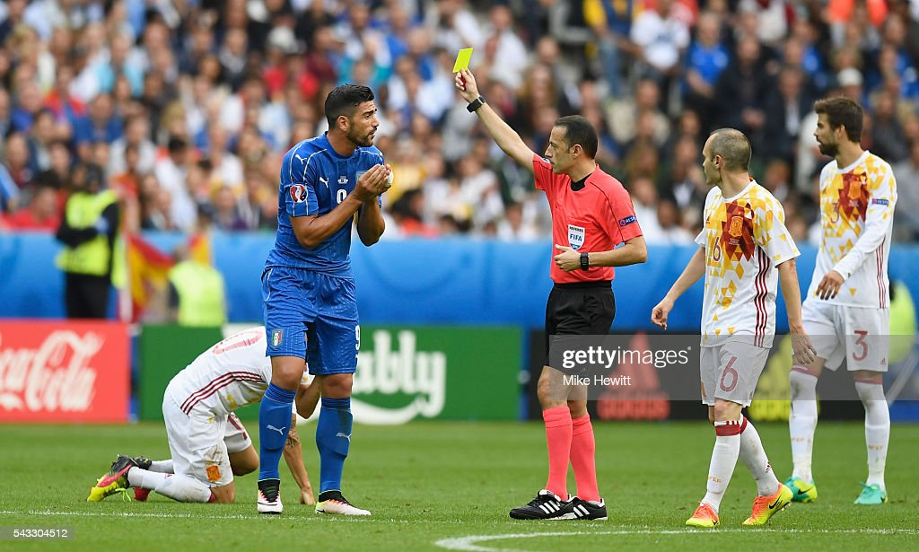 <a gi-track='captionPersonalityLinkClicked' href=/galleries/search?phrase=Graziano+Pelle&family=editorial&specificpeople=2333390 ng-click='$event.stopPropagation()'>Graziano Pelle</a> (2nd L) of Italy is shown a yellow card by referee Cuneyt Cakir during the UEFA EURO 2016 round of 16 match between Italy and Spain at Stade de France on June 27, 2016 in Paris, France.