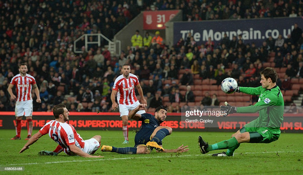 <a gi-track='captionPersonalityLinkClicked' href=/galleries/search?phrase=Graziano+Pelle&family=editorial&specificpeople=2333390 ng-click='$event.stopPropagation()'>Graziano Pelle</a> of Southampton scores his team's 3rd goal past <a gi-track='captionPersonalityLinkClicked' href=/galleries/search?phrase=Asmir+Begovic&family=editorial&specificpeople=4184467 ng-click='$event.stopPropagation()'>Asmir Begovic</a> of Stoke City during the Capital One Cup Fourth Round match between Stoke City and Southampton at Britannia Stadium on October 29, 2014 in Stoke on Trent, England.