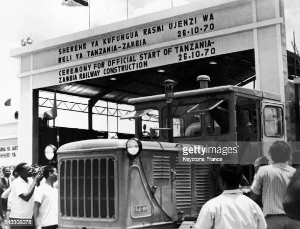 Grâce à la coopération africanochinoise inauguration de la ligne de chemin de fer 'Tanzam' reliant la Tanzanie à la Zambie à Dar es Salam Tanzanie le...