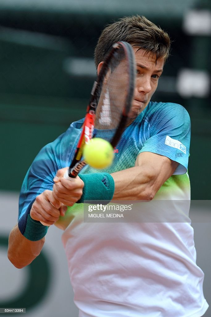 Great Britain's Aljaz Bedene returns the ball to Spain's Pablo Carreno-Busta during their men's second round match at the Roland Garros 2016 French Tennis Open in Paris on May 26, 2016. / AFP / MIGUEL
