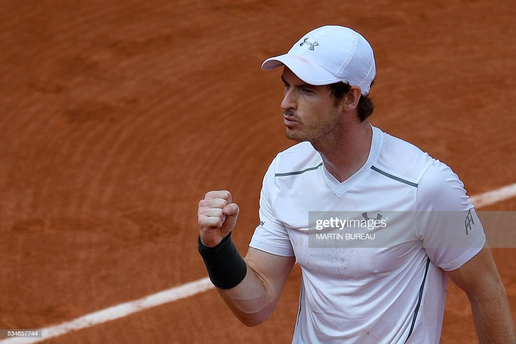 Great Britain's Andy Murray celebrates after beating Croatia's Ivo Karlovic during their men's third round match at the Roland Garros 2016 French Tennis Open in Paris on May 27, 2016. / AFP / MARTIN