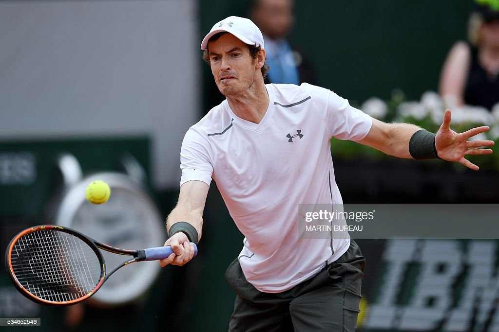 Great Britain's Andy Murray returns the ball to Croatia's Ivo Karlovic during their men's third round match at the Roland Garros 2016 French Tennis Open in Paris on May 27, 2016. / AFP / MARTIN