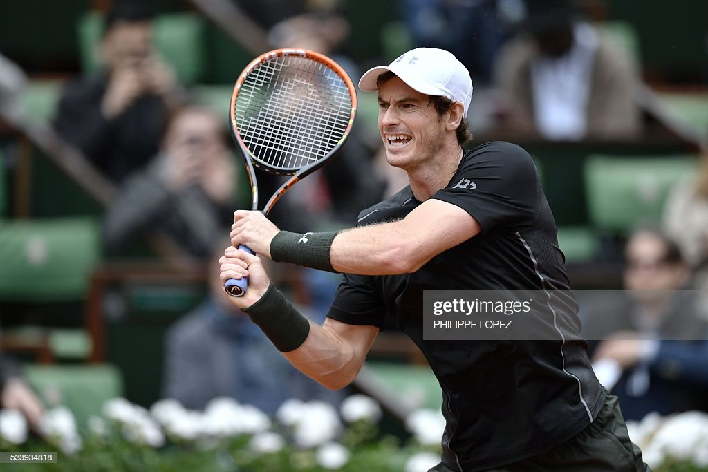 Great Britain's Andy Murray returns the ball to Czech Republic's Radek Stepanek during their men's first round match at the Roland Garros 2016 French Tennis Open in Paris on May 24, 2016. / AFP / PHILIPPE