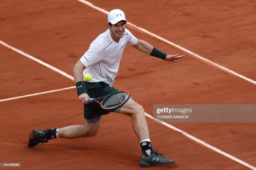 Great Britain's Andy Murray returns the ball to France's Mathias Bourgue during their men's second round match at the Roland Garros 2016 French Tennis Open in Paris on May 25, 2016. / AFP / Thomas SAMSON