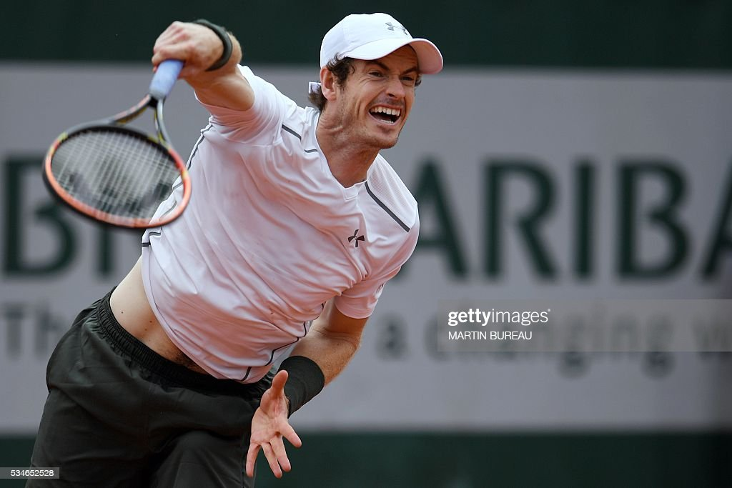 Great Britain's Andy Murray serves the ball to Croatia's Ivo Karlovic during their men's third round match at the Roland Garros 2016 French Tennis Open in Paris on May 27, 2016. / AFP / MARTIN