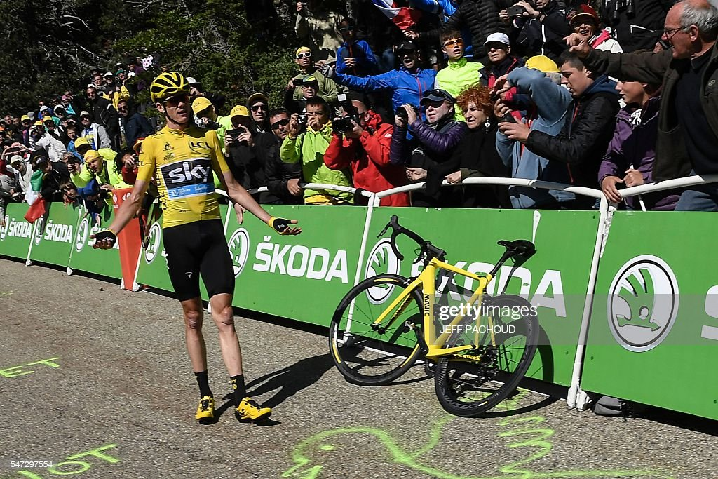 TOPSHOT - Great Britain's Christopher Froome (C), wearing the overall leader's yellow jersey, gestures as he stands next to his dysfunctional replacement bike following a fall during the 178 km twelvelth stage of the 103rd edition of the Tour de France cycling race on July 14, 2016 between Montpellier and Chalet-Reynard. / AFP / jeff pachoud