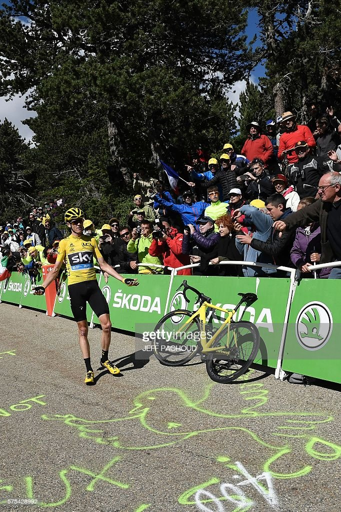 Great Britain's Christopher Froome, wearing the overall leader's yellow jersey, gestures as he waits for a replacement bike next to a dysfunctional one following a fall during the 178 km twelvelth stage of the 103rd edition of the Tour de France cycling race on July 14, 2016 between Montpellier and Chalet-Reynard. / AFP / jeff pachoud