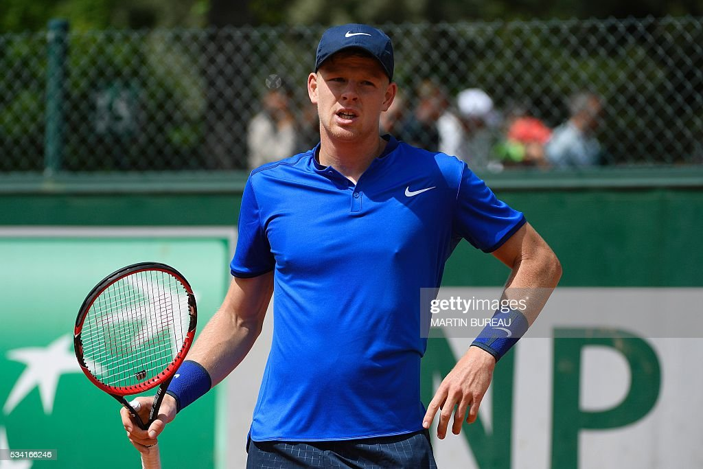 Great Britain's Kyle Edmund reacts during his men's second round match against the US's John Isner at the Roland Garros 2016 French Tennis Open in Paris on May 25, 2016. / AFP / MARTIN