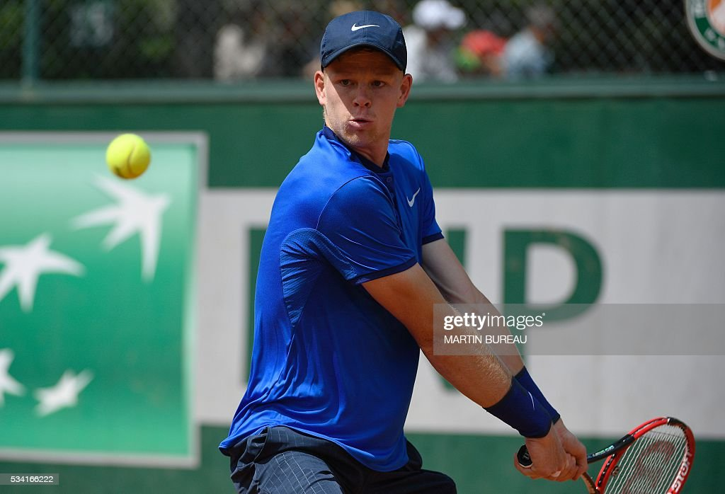 Great Britain's Kyle Edmund returns the ball to the US's John Isner during their men's second round match at the Roland Garros 2016 French Tennis Open in Paris on May 25, 2016. / AFP / MARTIN