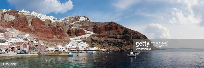 Greece, Cyclades, Thira, Santorini, View of harbour of ammoudi with village of oia