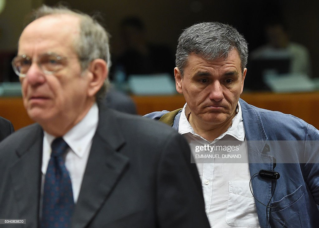 Greece's Finance Minister Euclid Tsakalotos (R) and Italian Finance Minister Pier Carlo Padoan attend an Economic and Financial (ECOFIN) Affairs Council meeting at the European Council, in Brussels, on May 25, 2016. / AFP / EMMANUEL