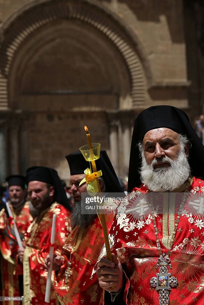 Greek Orthodox priests pray during the Orthodox Easter Sunday procession at the Church of the Holy Sepulchre in Jerusalem's Old City on May 1, 2016 as Orthodox Christians celebrate the resurrection of Jesus. / AFP / GALI