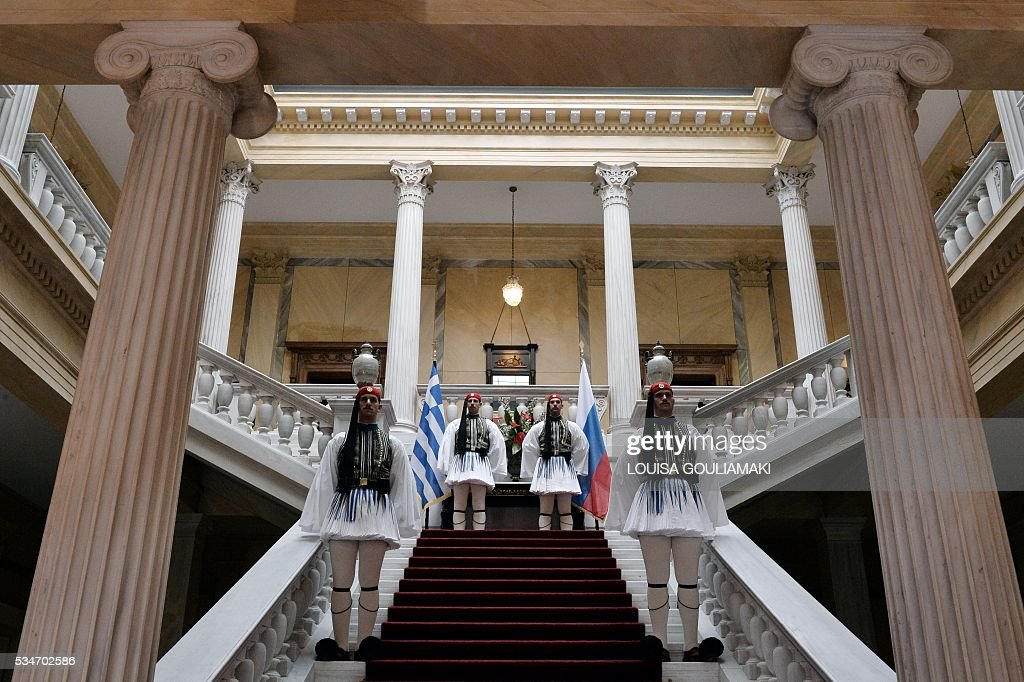 Greek presidental guards stand alert prior the arrival of the Russian President Vladimir Putin at the Presidental mansion in Athens on May 27, 2016. Putin visits Greece aiming to reinforce a relationship with one of his few friends in the EU amid continuing diplomatic tensions with the West. The visit -- Putin's first to the EU since December -- comes as the bloc's leaders are to discuss next month whether to renew sanctions on Russia's banking, defence and energy sectors that expire in July. / AFP / POOL / LOUISA