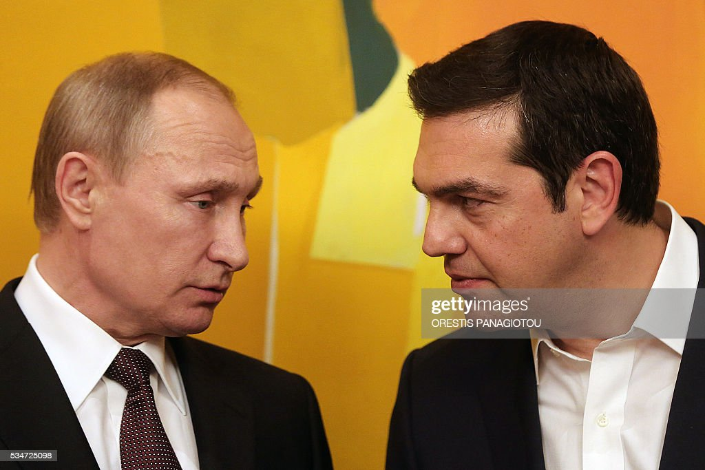 Greek Prime Minister Alexis Tsipras (R) talks with President of the Russian Federation Vladimir Putin during their meeting in Athens on May 27, 2016. The visit -- Putin's first to the EU since December -- comes as the bloc's leaders are to discuss next month whether to renew sanctions on Russia's banking, defence and energy sectors that expire in July. / AFP / POOL / ORESTIS
