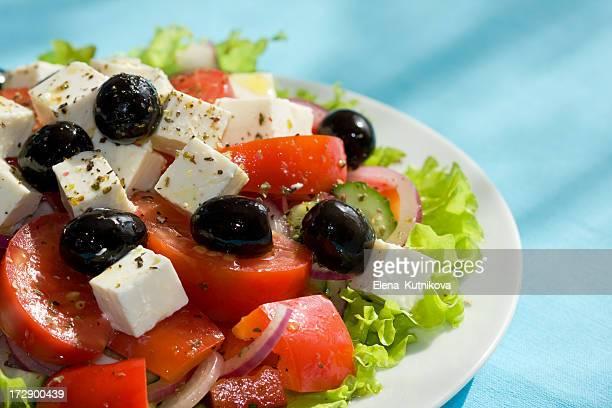 Salade grecque sur fond bleu clair