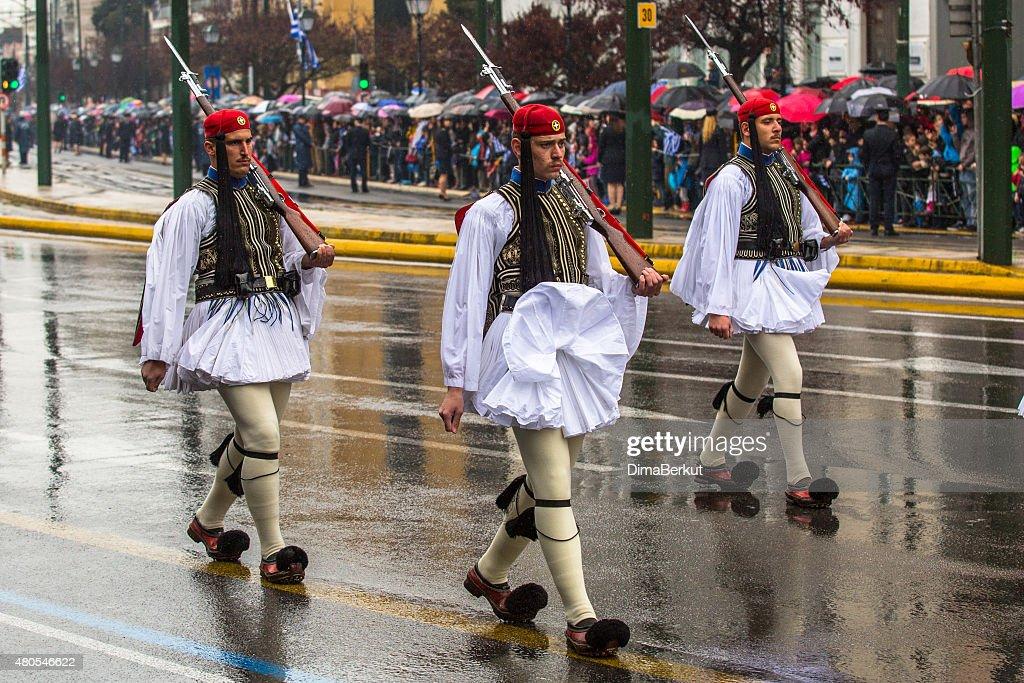 Soldados grega Evzones em plena vestido uniforme durante Dia da Independência : Foto de stock