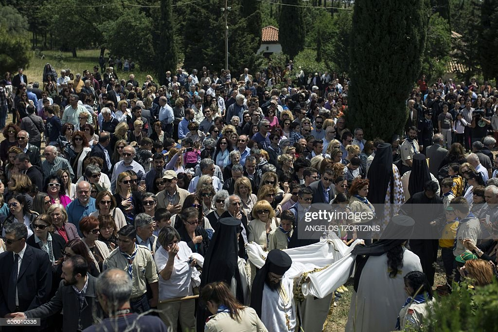 Greeks Orthodox attend the ceremony marking the Apokathelosis, the removal of Christ's dead body from the Cross, which forms a key part of Orthodox Easter, in a ceremony at the Church of the Dormition of the Virgin in Penteli, north Athens on April 29, 2016 Millions of Greeks flock to churches around the country this week to celebrate Easter, the country's foremost religious celebration. / AFP / ANGELOS