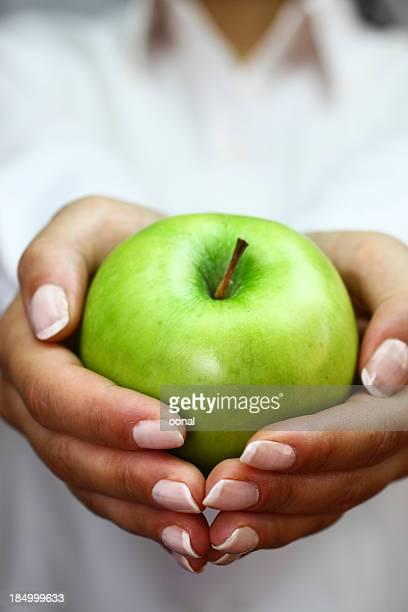 Mela verde in mano